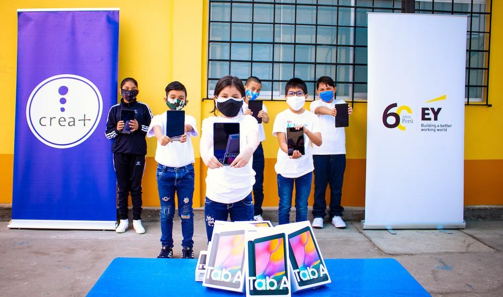 Crea+ entrega cientos de tablets a niños de escuelas públicas peruanas